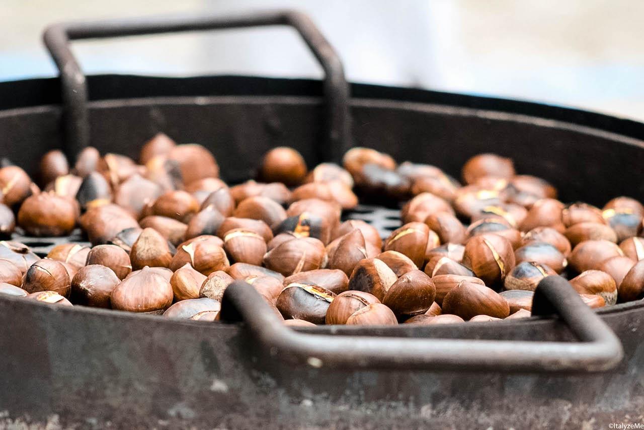 """Le caldarroste o """"bruciate"""", come le chiamiamo in Toscana: una specialità tipica di questo periodo dell'anno!"""