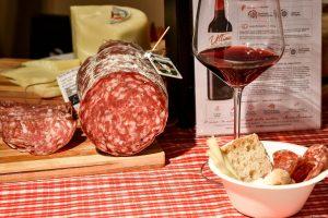 Una gustosa Finocchiona IGP, offerta dal Consorzio Finocchiona IGP a Monte Carlo Gastronomie assieme ai nostri vini Buracchi Ultimo