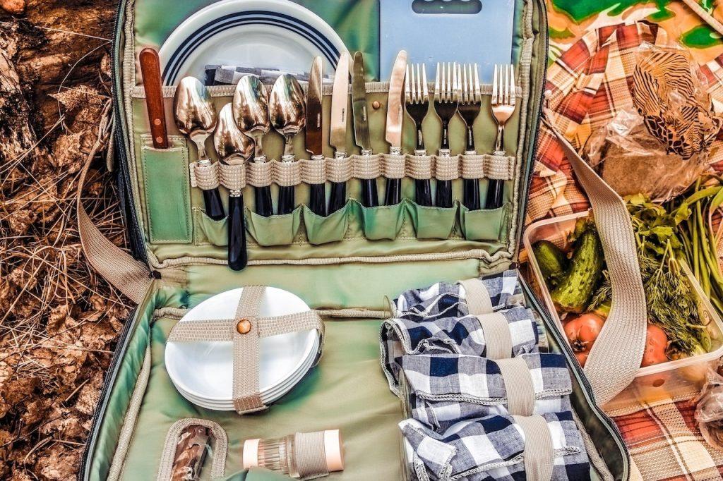 Un cestino da pic nic, completo di posate, piatti, taglieri, condimenti e tutto il necessario per rendere perfetta la vostra merenda di Pasquetta!