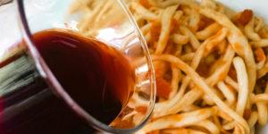 Un piatto di pici all'aglione con Vino Nobile di Montepulciano