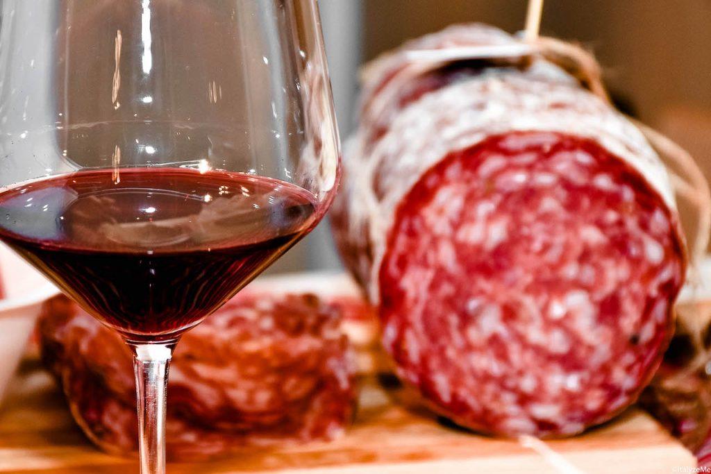 Un bicchiere di Vino Nobile di Montepulciano ed una fetta di Finocchiona IGP per celebrare la Toscana!