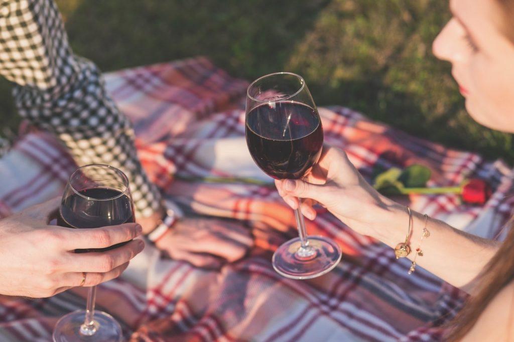 Cosa c'è di meglio che un brindisi a base di vino rosso toscano per concludere una merenda a base di salumi e formaggi locali?
