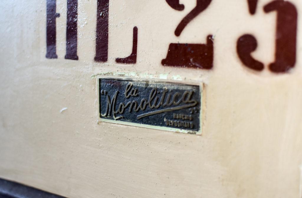 Una botte da 25hl in cemento vetrificato nella nostra Cantina di Chianciano Terme